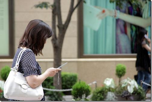 Японка з мобільним телефоном