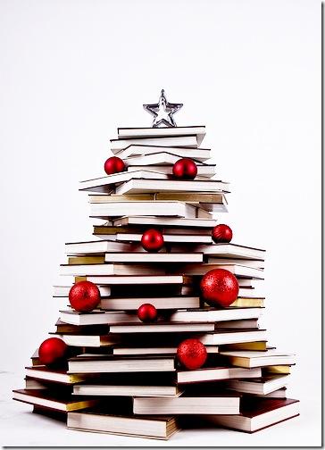 Ялинка з книжок із новорічними прикрасами